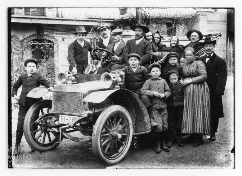 Ritratto della famiglia Mostacchi con automobile