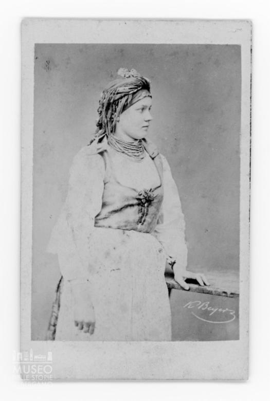 Ritratto di giovane donna polacca in costume tradizionale