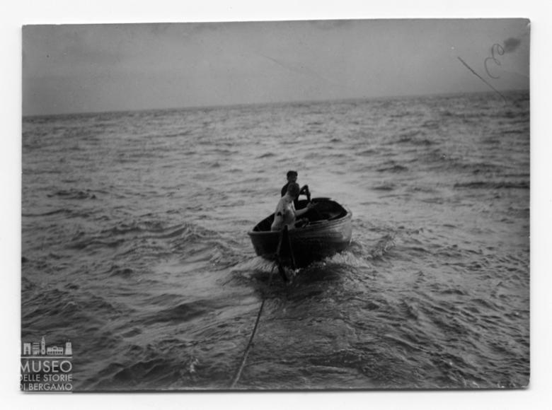 Enrico Tiraboschi su una barca in legno nel Canale della Manica
