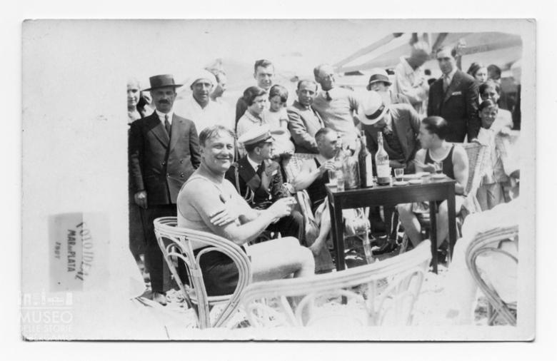 Enrico Tiraboschi con il generale Francesco de Pinedo e altri due nuotatori