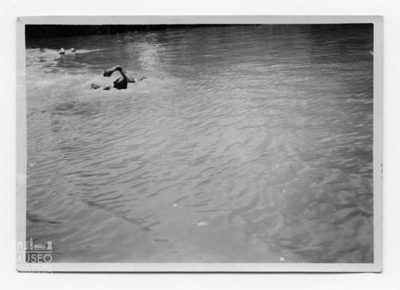 Enrico Tiraboschi in acqua con un altro nuotatore