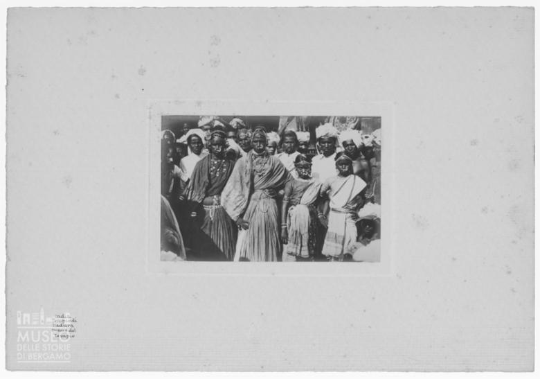 Ritratto di gruppo in abiti tradizionali nel tempio di Madurai
