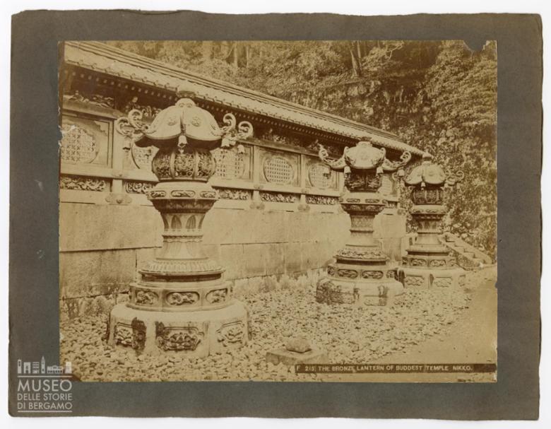 Lanterne di bronzo presso il tempio di Buddha a Nikko
