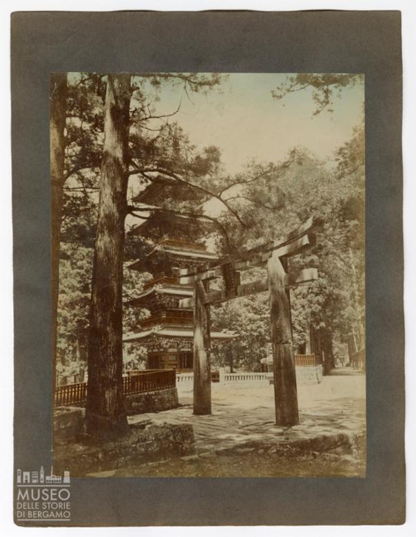 Pagoda e Torii (portale di ingresso giapponese) a Nikko