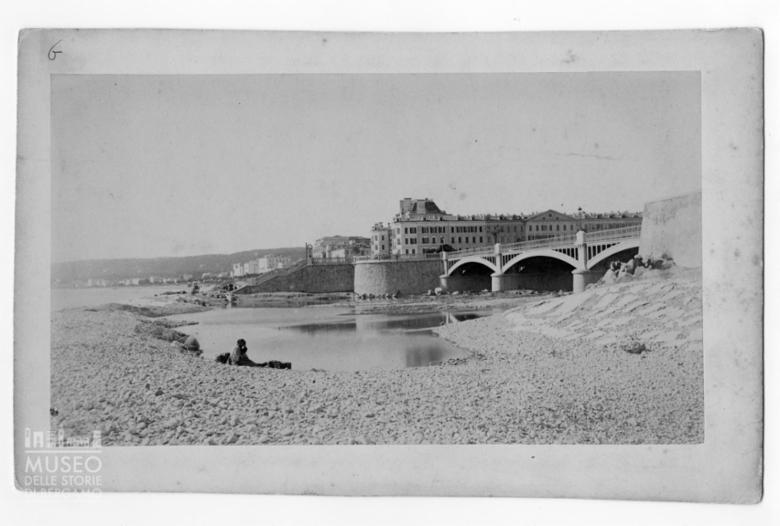 Ponte sulla spiaggia di Nizza