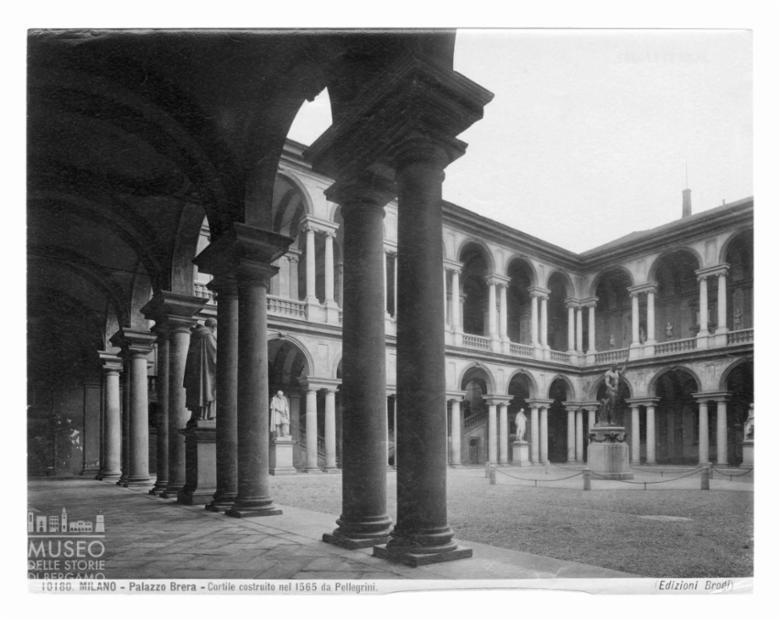 Scorcio del cortile porticato del Palazzo Brera a Milano