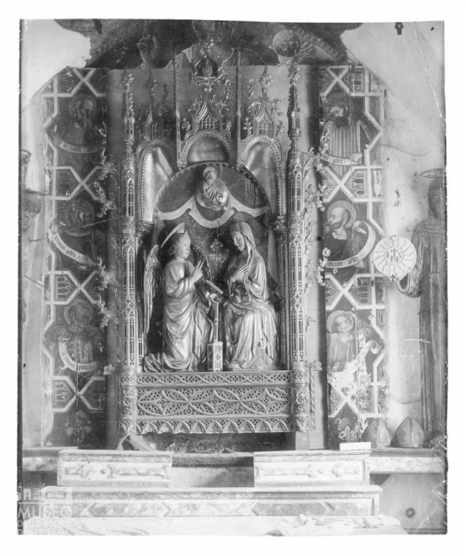 Chiesa di San Bernardino: particolare dell'ancona quattrocentesca con l'Annunciazione dell'angelo a Maria entro architettura gotica