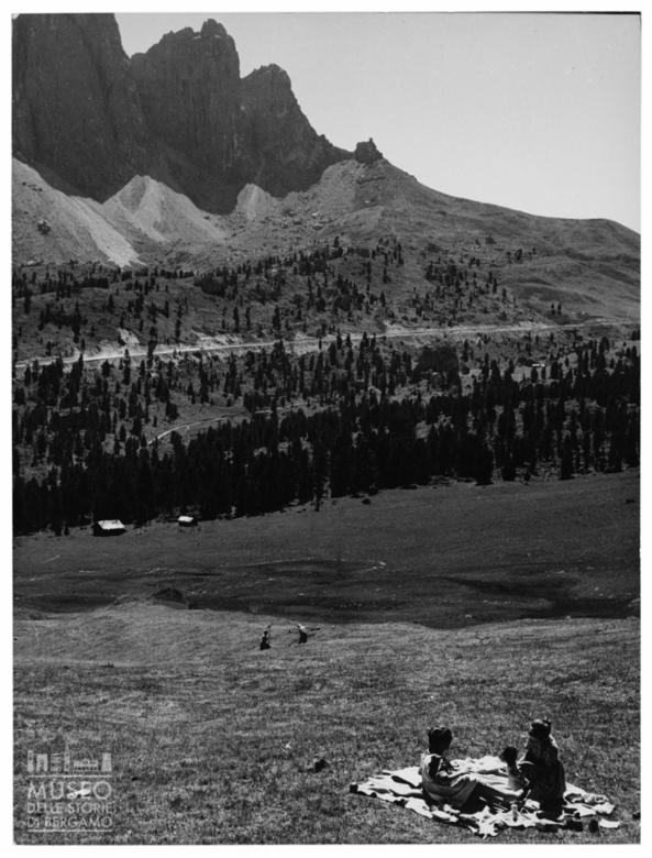 Contadinelle ai piedi delle montagne