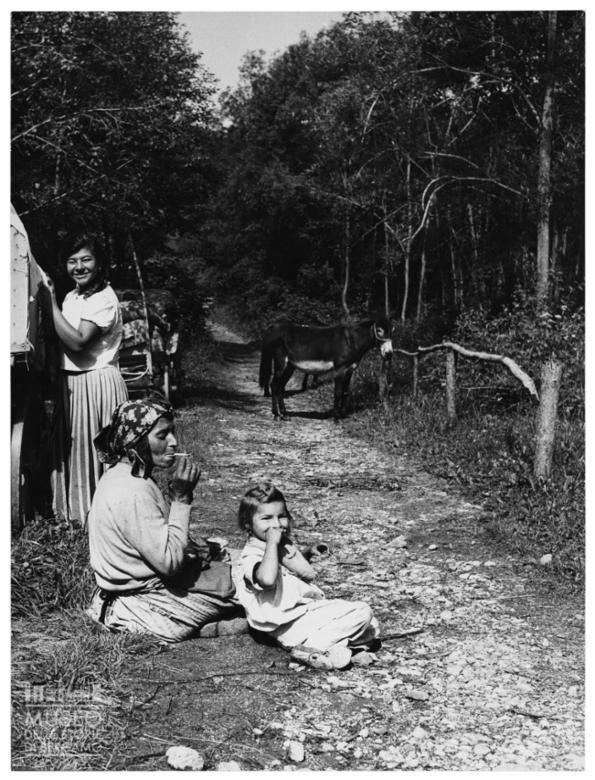 Donne su un sentiero in mezzo al bosco