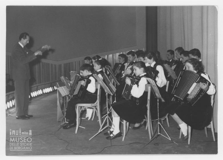 Esibizione di un gruppo di bambini musicisti