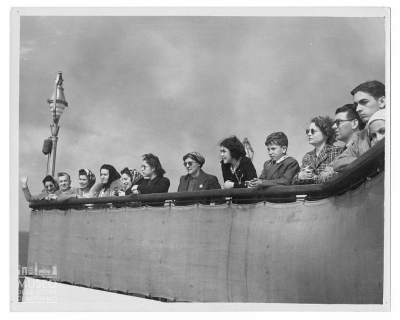 Ospiti affacciati a un parapetto a bordo del Rex